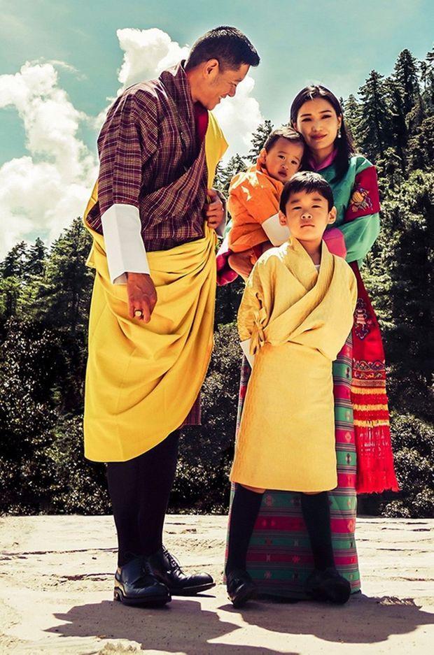 Détail du portrait du roi et de la reine du Bhoutan avec leurs fils au temple Dechenphu à Thimphu, diffusé le 30 septembre 2021