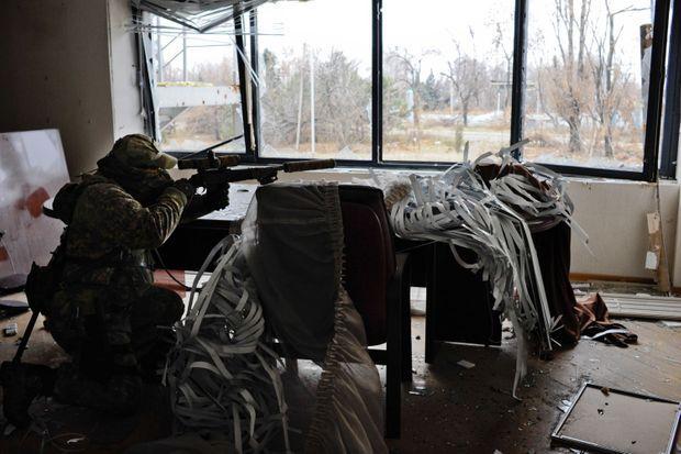 Le 17 novembre, Donetsk. Shabi, ex-berkout des forces Alpha a Sébastopol en Crimée, et sniper du bataillon « Vostok », prend position dans un bâtiment, à quelques centaines de metres de l'aéroport ou de violents combats font rage.
