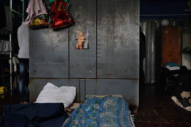 La cellule où sont détenus les prisonniers de guerre ne fait que quelques mètres carrés. Au dessus d'un lit, une photo de femme nue.