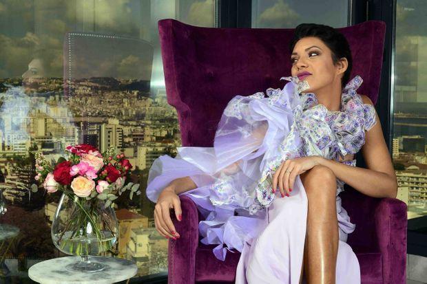 Au Lamaraz Arts Hôtel d'Alger. Rien de plus naturel pour le mannequin que de se lover dans un fauteuil de velours (stylisme Zino Touafek).