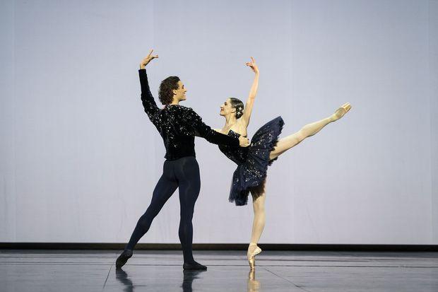 Grand pas classique de Victor Gsovsky, interprété par Valentine Colasante et Hugo Marchand.