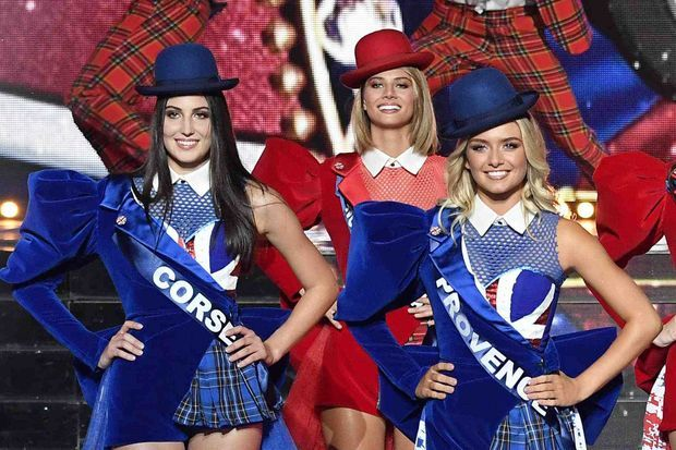 Au centre : Florentine Somers, Miss Nord-Pas-de-Calais, lors de la chorégraphie en hommage à l'Angleterre au début de l'émission