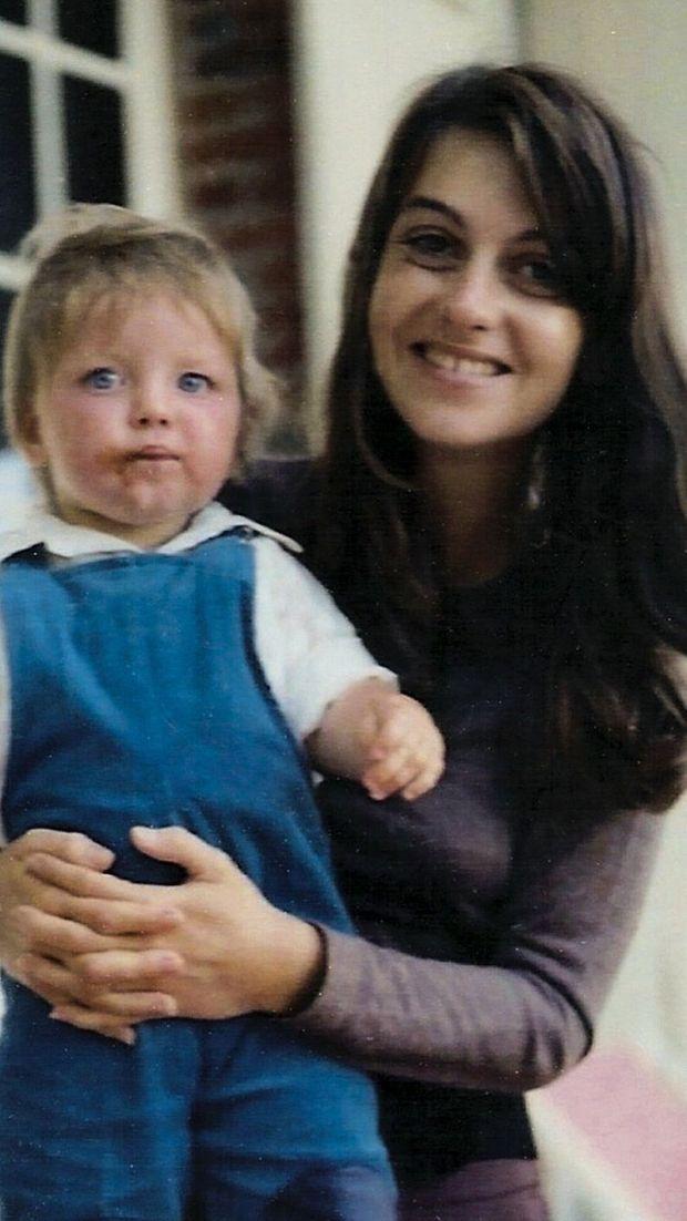 A 1 an, dans les bras de sa maman, Caroline, qui vient d'avoir 21 ans.