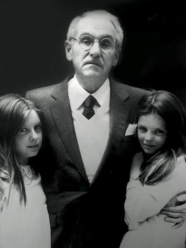 A 12 ans, le jour de la communion de sa sœur Julie (à g.) avec leur célèbre grand-père, Jean Anouilh.