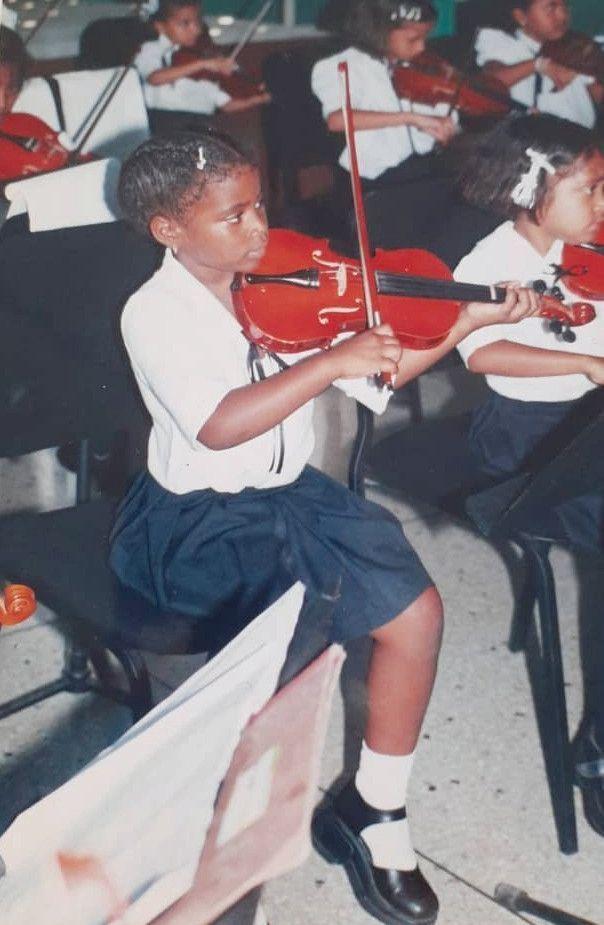 A 8 ans, à l'école de musique El Sistema de San Felipe, sa ville natale, où elle apprend le violon depuis l'âge de 4 ans