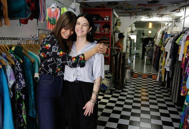 À Aix, où elle a suivi une année de fac après son bac, Clara retrouve Emilie, sa meilleure amie, dans sa boutique de fripes