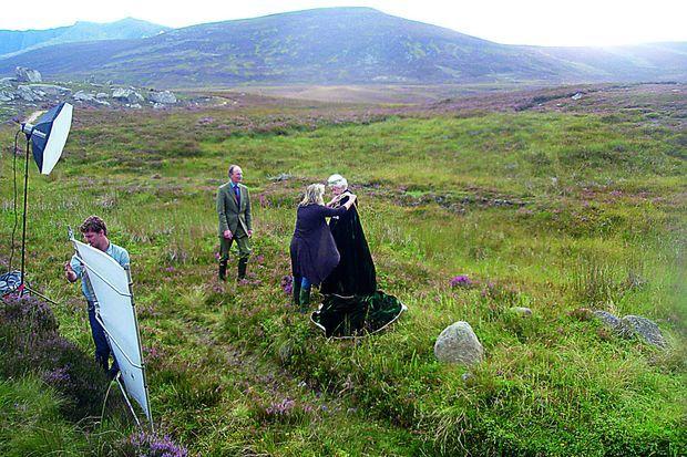 A Balmoral, au milieu des bruyères écossaises, Angela arrange la cape de sa patronne pour ce portrait réalisé à l'occasion des 60 ans de son couronnement, en 2012.