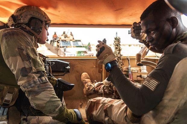 A bord d'un véhicule blindé Acmat. Un soldat nigérien soigne ses peintures de guerre avant une action éclair commune avec les forces françaises, le 12 juin. Formés par les Américains, les militaires nigériens arborent l'écusson à la bannière étoilée.