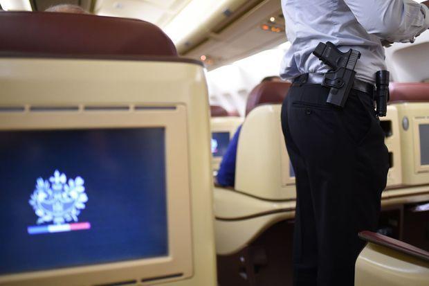 Un membre du groupe de securite du President de la Republique à bord de l'Airbus A330, en novembre dernier.