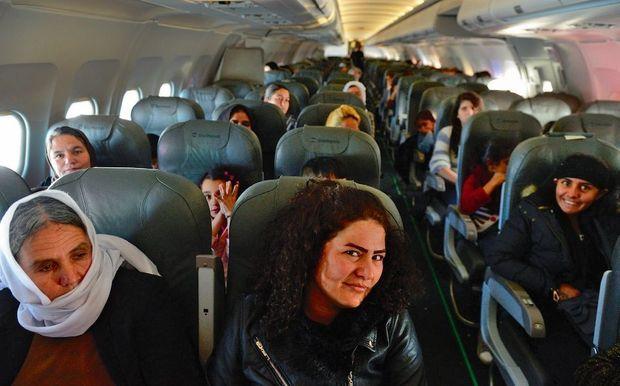 A bord, elles oscillent entre soulagement et crainte face à l'inconnu. C'est la première fois que ces femmes prennent l'avion.