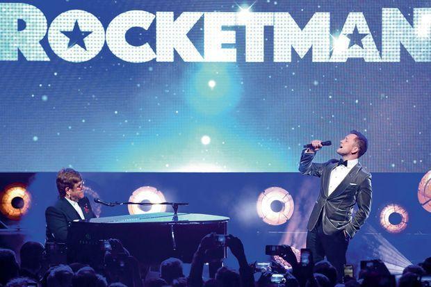 A Cannes, sur la plage du Carlton, Elton John et Taron Egerton chantent « Rocketman » en duo, le 16 mai.