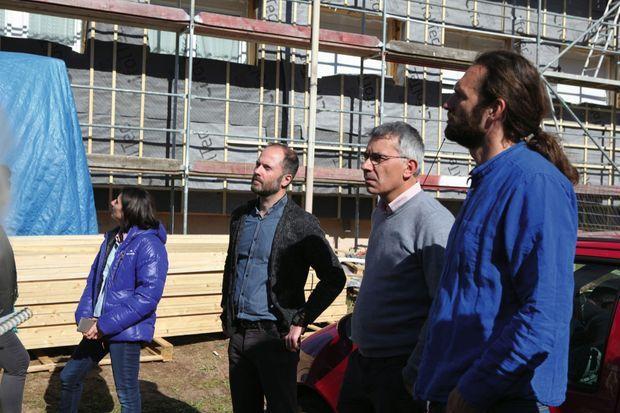 A Corcieux, Antoine Pagnoux, Vincent Chevallier et Vincent Pierré observent l'avancée des travaux d'isolation. Ils diviseront les charges par 10 !