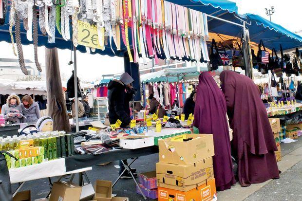 A gauche des femmes en hidjab au marché des Merisiers, mercredi 30 mars.