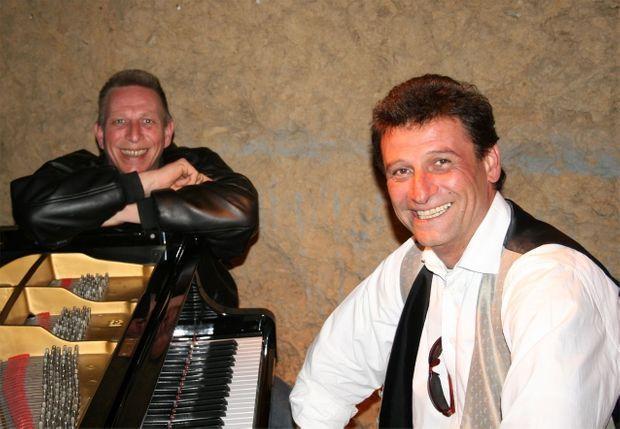 A gauche, Guillaume Molinet avec son frère, Nat, au piano.