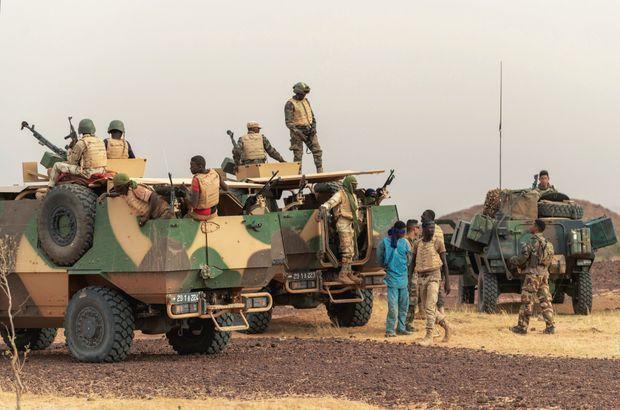 A gauche, les camions blindés nigériens ; à droite, les VBL (véhicules blindés légers) français. Entre les deux, le suspect, prisonnier pour 24 heures.