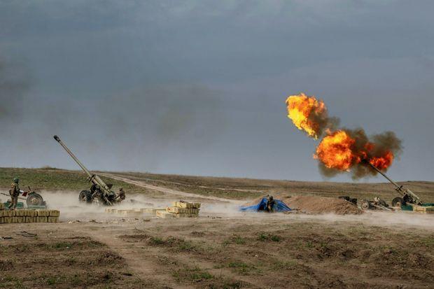 A Gubadli, dans les contreforts sud du Karabakh, le 2 novembre. Sur ce bout de terre reconquis mi-octobre, les canons de 130 millimètres d'une unité azérie d'artillerie mobile pilonnent le corridor de Latchine.