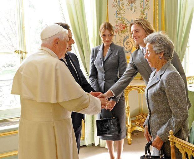A l'Elysée, Nicolas Sarkozy, sa mère Dadue, et son fils Pierre, rencontrent le pape Benoît XVI.