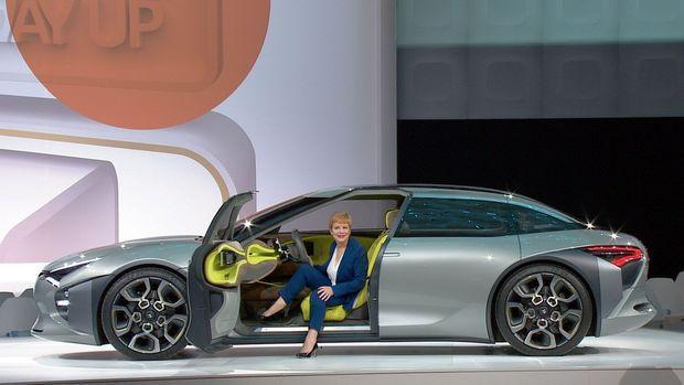 « A l'ouverture des portières, on a aussitôt envie de s'installer à bord », confie Linda Jackson, la directrice générale de Citoën, à propos de ce chaleureux concept-car. « Confort et bien-être doivent demeurer des valeurs Citroën », ajoute-t-elle.