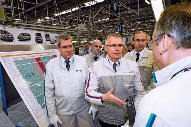 . A l'usine de Sevelnord, près de Valenciennes, le 30 mars, Carlos Tavares rencontre les équipes du contrôle qualité.
