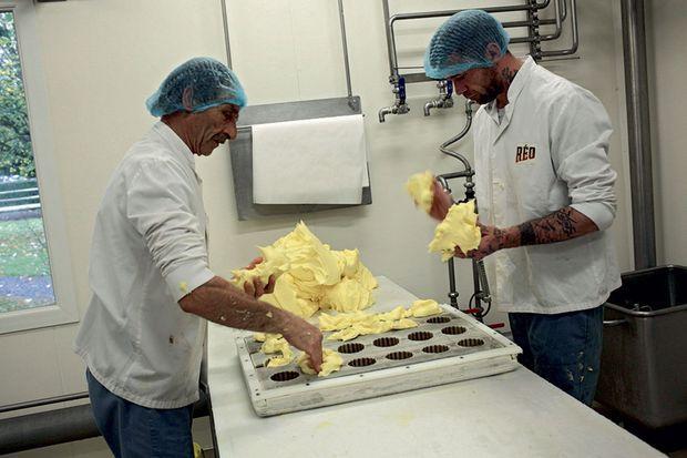 Serge Loret (à g.) et Jean-Pierre Kopka disposent le beurre dans des moules.