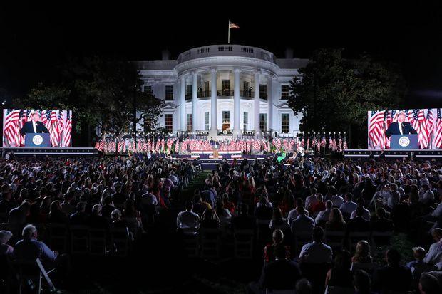 A la Maison-Blanche, jeudi soir, une foule de 1500 personnes, peu masquée, a assisté au discours du président Trump.
