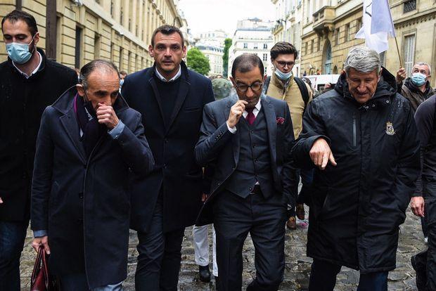 À la marche de soutien aux policiers, le 19 mai, au côté de ses amis, l'ex-RN Jean Messiha (au centre) et Philippe de Villiers. Derrière, l'ancien gilet jaune Benjamin Cauchy