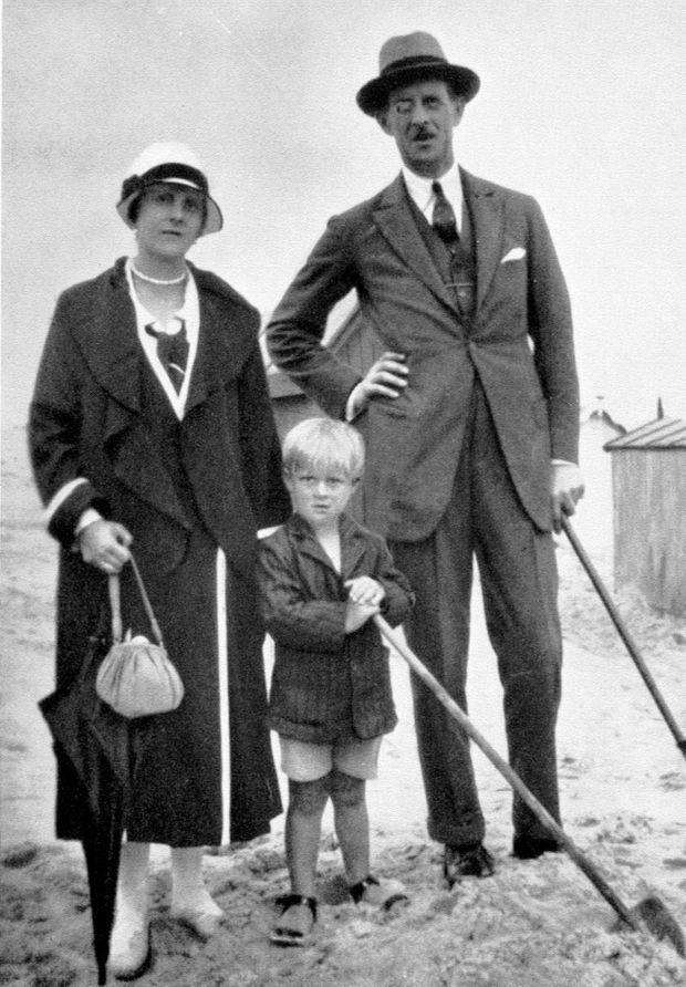 À la plage, en Normandie, vers 1925, avec ses parents, le prince André de Grèce et la princesse Alice, née Battenberg