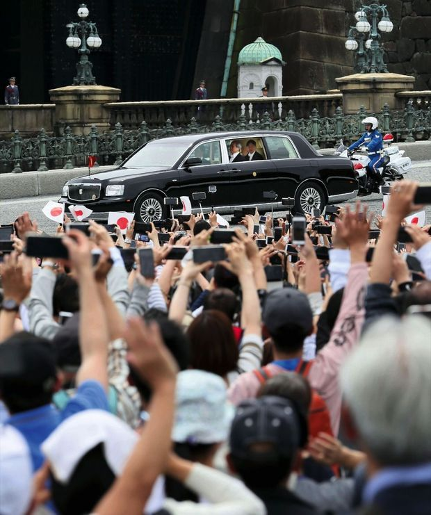 A la sortie du palais impérial, une forêt de Smartphone pour saluer le nouvel empereur.