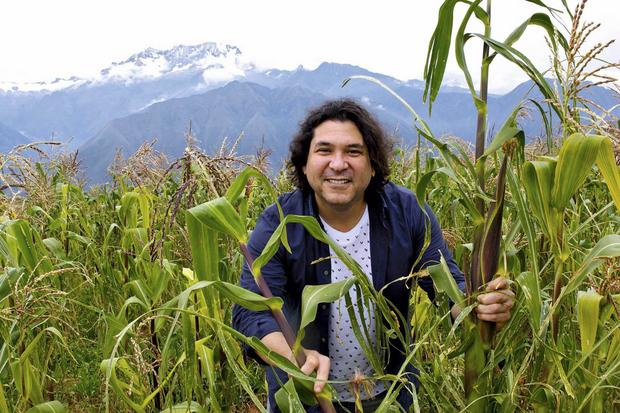 Gaston Acurio, le chef le plus célèbre d'Amérique latine, dans un champ de maïs près de Cuzco, d'où il est originaire.