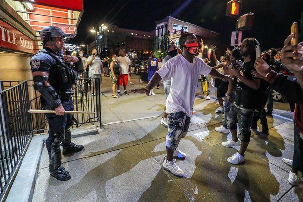 A Louisville, l'agent Galen Hinshaw s'est retrouvé seul face à une foule de manifestants en colère. Il a été protégé par cinq hommes.