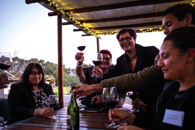 A Paarl, près du Cap, les membres de la Société du vin, solidaires et combatives. Elles se serrent les coudes pour défendre leur production et leur autonomie.