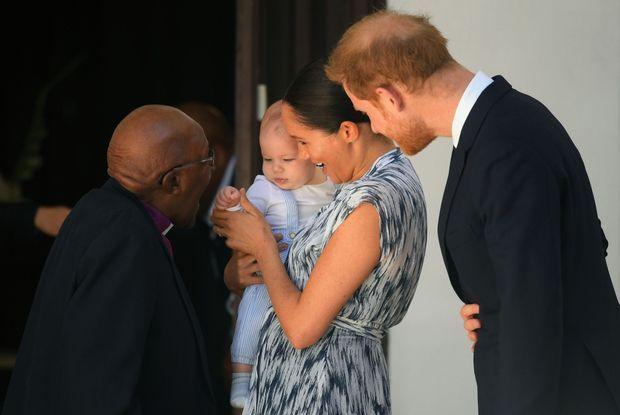 Pour sa première apparition publique en Afrique du Sud, Archie rencontre l'archevêque Desmond Tutu, 87 ans, héros de la lutte anti-apartheid et Prix Nobel de la paix. Au Cap, le 25 septembre.