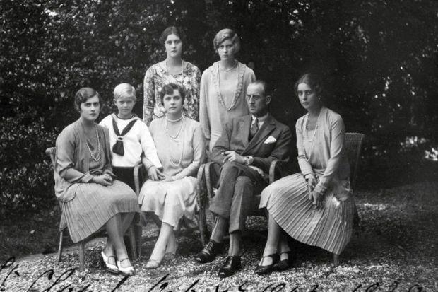 À Saint-Cloud, en 1928, dans la résidence de l'exil. Philip, 7 ans, près de sa mère et de son père. Autour, ses quatre sœurs : Margarita, Theodora, Cecili, Sophie. Deux ans plus tard, la famille éclate et il part en pension.