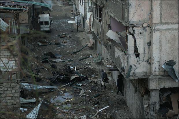 A Stepanakert, après un bombardement par des avions et des missiles azerbaïdjanais. La cible : une centrale électrique à proximité.