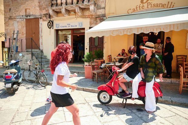 A Tricase, devant le café tenu par un ami, la styliste reste une fille du pays.