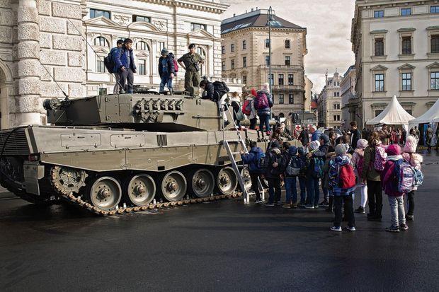 A Vienne, un char immense, ultramoderne, garé devant l'Opéra, braque son canon sur le Rathaus.