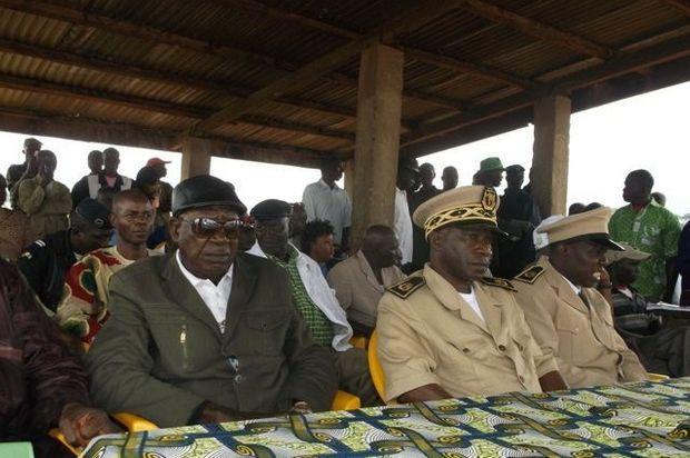 Au premier plan, de gauche à droite, le représentant du bureau préfectoral des sages de N'Zerokoré (rescapé), le Gouverneur (rescapé), le Préfet (rescapé). Au deuxième plan, de gauche à droite, Moise Mamy, le pasteur (décédé), une personne non identifiée et le Dr Ibrahima Fernandez (décédé).