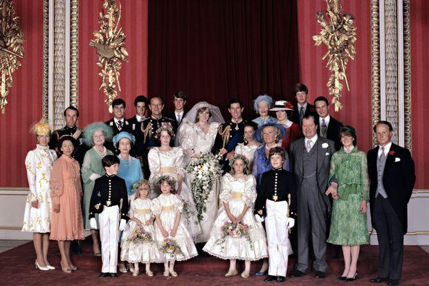 Clementine Hambro, au premier rang devant la reine Elizabeth II, sur la photo officielle du mariage du prince Charles et de Diana Spencer le 29 juin 1981