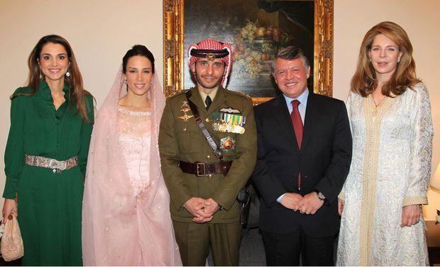 Le prince Hamzah de Jordanie et Basma Bani Ahmad Al-Atoum, le jour de leur mariage à Amman, le 12 janvier 2012, avec la reine Rania, le roi Abdallah II et l'ancienne reine Noor