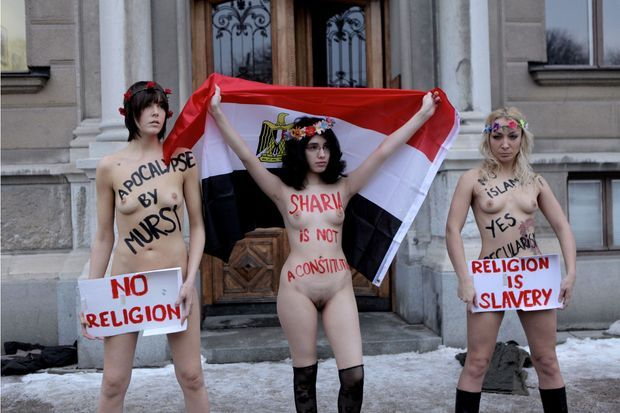 Aliaa Elmahdy (au centre) au côté d'Inna Shevchenko (à droite) devant l'ambassade d'Egypte à Stockholm en décembre 2012.