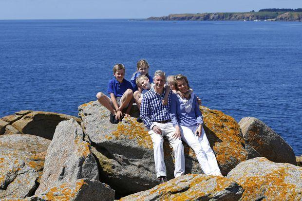 La reine Mathilde et le roi des Belges Philippe en vacances sur l'île d'Yeu avec leurs quatre enfants, le 25 juillet 2013