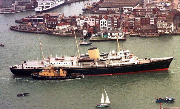 Le Britannia convoyé de Portsmouth au port de Leith près d'Edimbourg, le 1er mai 1998