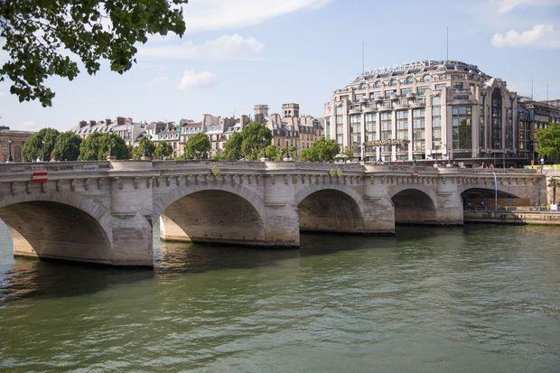 Le pont Neuf est achevé sous Henri IV