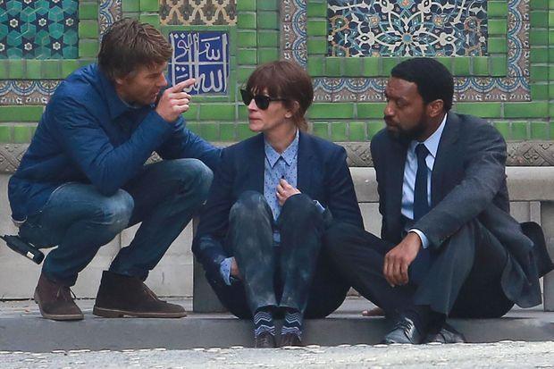 Julia Roberts sur le tournage de son dernier film, mardi 17 février. Assise aux côtés de Daniel Moder (à gauche) et de sa co-star, l'acteur Chiwetel Ejiofor (à droite).