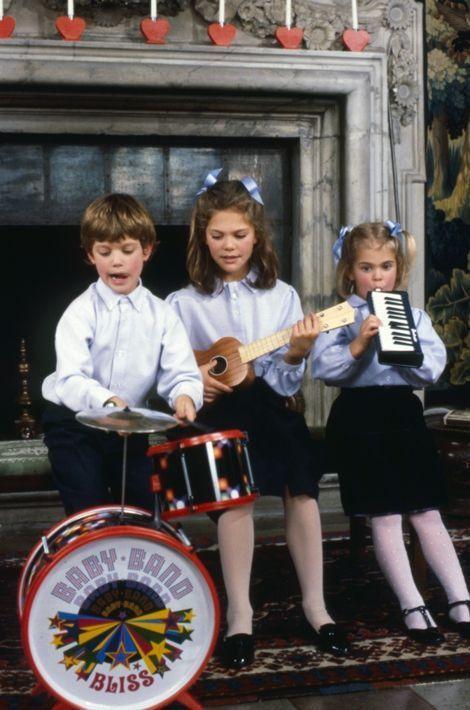 Le prince Carl Philip de Suède avec ses sœurs les princesses Victoria et Madeleine, à Noël 1988