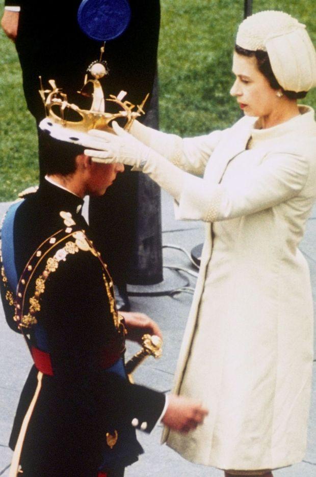 Le reine Elizabeth II investit Charles prince de Galles le 1er juillet 1969 au château de Caernarfon à Gwynedd