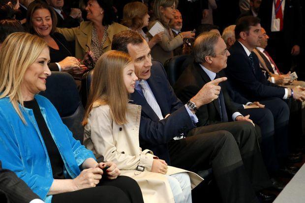 Le roi Felipe VI d'Espagne avec la princesse Sofia au stade au stade Santiago Bernabéu à Madrid, le 4 mai 2016