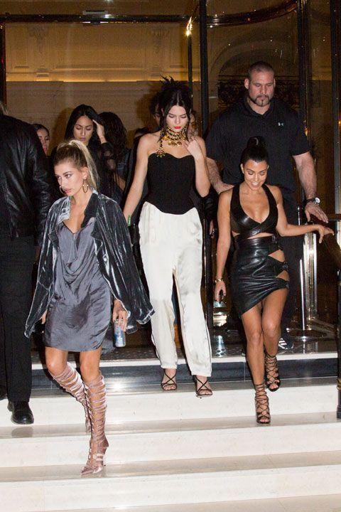 Ce soir-là, Stephanie, l'assistante de Kim, Kendall Jenner et Kourtney s'apprêtent à faire la fête après une journée de défilés. Kim, elle, est restée à l'hôtel.