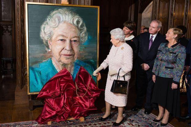 La reine Elizabeth II dévoile son portrait par Colin Davidson à Londres, le 8 novembre 2016