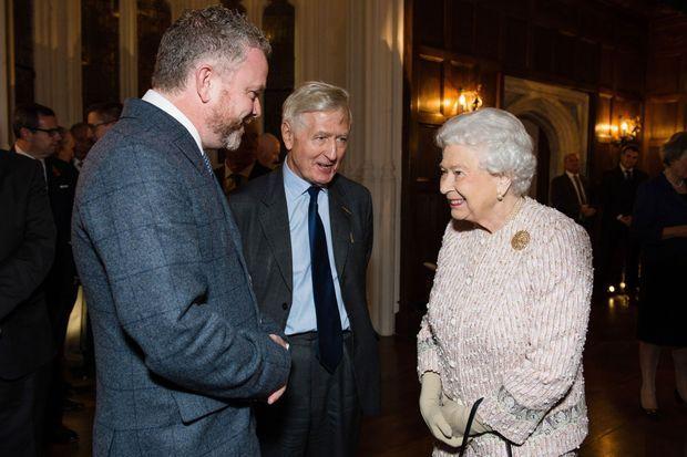 La reine Elizabeth II avec le peintre de Belfast Colin Davidson à Londres, le 8 novembre 2016